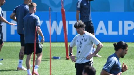 Die Europameisterschaft ist für Joachim Löw (M) das letzte Turnier als Bundestrainer.