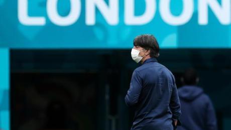 Bundestrainer Joachim Löw verlässt nach seinem letzten Spiel als Bundestrainer den Platz in Wembley.