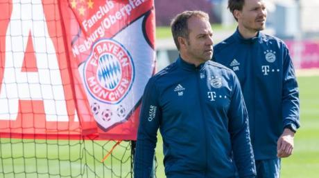 Trainer Hansi Flick (l) und Co-Trainer Danny Röhl während einer Übungseinheit des FCBayerns.