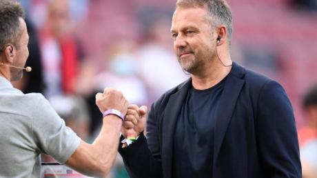 Bundestrainer Hansi Flick (r) begrüßt vor dem Spiel in Köln Sky-Experte Lothar Matthäus.