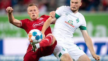 Bremens Lars Lukas Mai (r) im Zweikampf mit Düsseldorfs Rouwen Hennings.