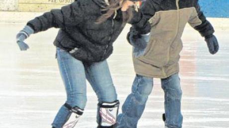 Jasmin Pribil (schwarze Jacke) gibt auf dem Eis so richtig Gas.