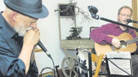 """Einfühlsam und groovig begeisterten Chuck Golder und Peer Engström alias """"Blues and more"""" das Publikum in der Roggenburger Vagantenbühne."""