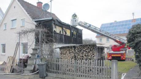 Ein Großaufgebot der Feuerwehr bekämpfte gestern am frühen Abend einen Hausbrand in Straß.