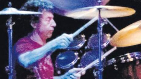 Alter Haudegen am Schlagzeug: Simon Phillips im Theatro.