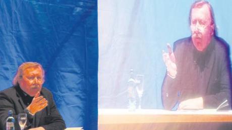 """Der große Philosoph im Doppel: Als Festredner der """"4. Ulmer Denkanstöße"""" ließ sich Peter Sloterdijk bei seinen Ausführungen übers menschliche Zusammenleben von der Gegenbewegung seines Konterfeis auf der Videoleinwand keinesfalls ablenken."""