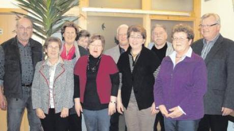 Vorsitzende Elli Beschorner (Dritte von links) mit ihrem Vorstand-Team und Dirigent Herbert Schneider.