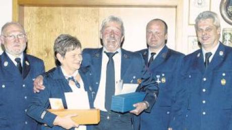 Die Geehrten (von links) mit Gemeinderat Franz Zeh, Christl Schwarz, Guido Merkle, Vorsitzender Johannes Schmid und Kommandant Herbert Kübler.