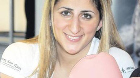 Rola El-Halabi auf einer Trage zum Sanka.