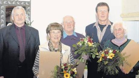 """Drei neue Ehrenmitglieder: Dritter Bürgermeister Richard Baur (links) und Vereinschef Armin Kast (Zweiter von rechts) mit den """"Neuen"""" (von links) Finni Müller, Ernst Strobel und Fanny Mayer."""