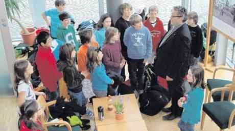 Auch Abenteurer bleiben über Nacht: Die Schüler der Klasse 4d der Pfuhler Grundschule berichten Pater Roman von ihren Erlebnissen im Wald.