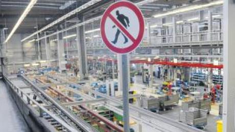 Künftig weniger Menschen in den Fabriken? Die Rationalisierung in den Betrieben wird durch den Fachkräftemangel vorangetrieben. Unser Foto zeigt einen Blick in eine Werkshalle des Ulmer Motorenproduzenten Deutz.