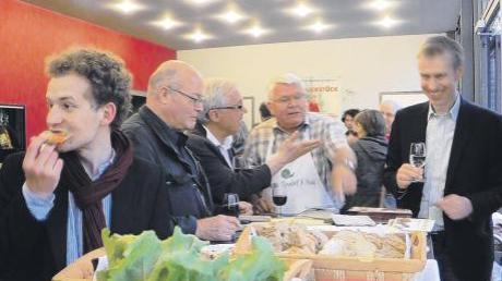 """Premierenkino """"Gekaufte Wahrheit"""" in der frisch renovierten Lichtburg – Begrüßungsplausch am malerischen """"Slow Food""""-Stand im Foyer mit Regisseur Bertram Verhaag (2.v.l.) und Kinobetreiber Roland Sailer (ganz rechts)."""