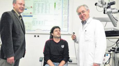Die neue elektronische Patientenakte erleichtert den Klinikbetrieb enorm. Darüber freuen sich Prof. Gerhard Rettinger (rechts), Ärztlicher Direktor der Ulmer HNO-Universitätsklinik, und Klinikinformatiker Dr. Siegfried Tewes, der das Programm maßgeblich entwickelt hat.