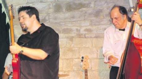 """Monster Mike Welch (links) war zum Finale des Bluesfestes im Charivari ein prima Zugpferd. Rechts sein Kontrabassist Michael """"Mudcat"""" Ward."""