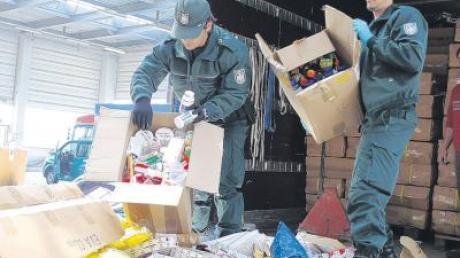 Tonnenweise Tabak, illegal eingeführte Zigaretten, Medikamente und gefälschte Markenschuhe haben Ulmer Zöllner gestern im Müllheizkraftwerk entsorgt.