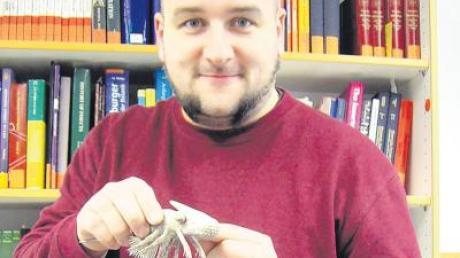 Dr. Joachim Haug von der Uni Ulm mit einem Modell-Krebs