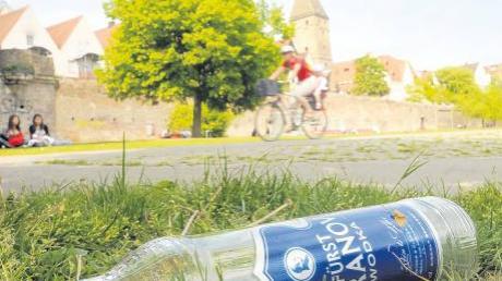 Getrübte Idylle auf der Donauwiese: Der Bereich unterhalb des Metzgerturms ist oftmals eher eine Stätte öffentlichen Alkoholkonsums Jugendlicher denn ein Ort für hübsche Aussichten.