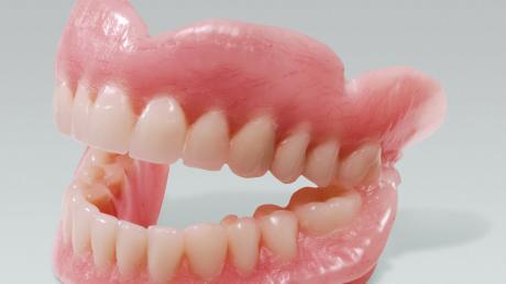 Gebiss vermisst? Ein Mann findet Zahnprothese in Fußgängerzone.