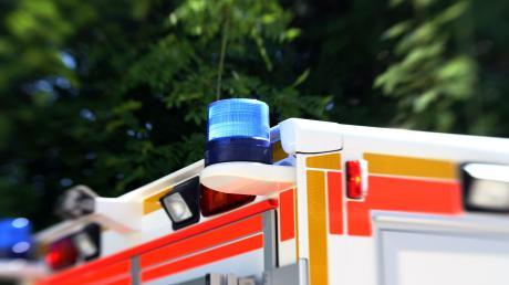 Zwischen Eurasburg und Rehrosbach gab es einen schweren Unfall. Ein 21-Jähriger starb. Die Straße ist komplett gesperrt.