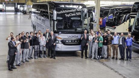 Führungskräfte, Angestellte und Arbeiter feiern den erfolgreichen Serienstart der Setra TopClass 500 in Neu-Ulm. Mit dem neuen Modell der Premiumklasse werde auch der Standort Neu-Ulm gesichert, teilte das Unternehmen mit.