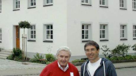 Josef Schäfer (links) überzeugte sich vom liebevollen Umbau seiner alten Schreinerei durch Andreas Kierndorfer, der das Anwesen im ursprünglichen Stil eines schwäbischen Bauernhauses sanierte – samt Marienerker.