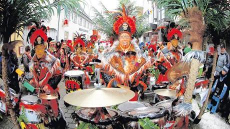 Die Mitglieder der Sambagruppe Los Locos tragen immer pompöse Kostüme. Mit diesen wollen sie heute in Düsseldorf auffallen.