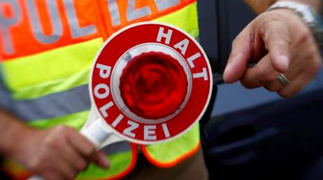 Die Polizei hat in Fischach einen frisierten Roller gestoppt.
