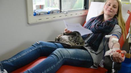 Anika Nothelfer aus Nersingen hat sich gestern spontan entschlossen, das erste Mal zum Blutspenden. Das BRK-Team hofft auf mindestens 500 Teilnehmer.