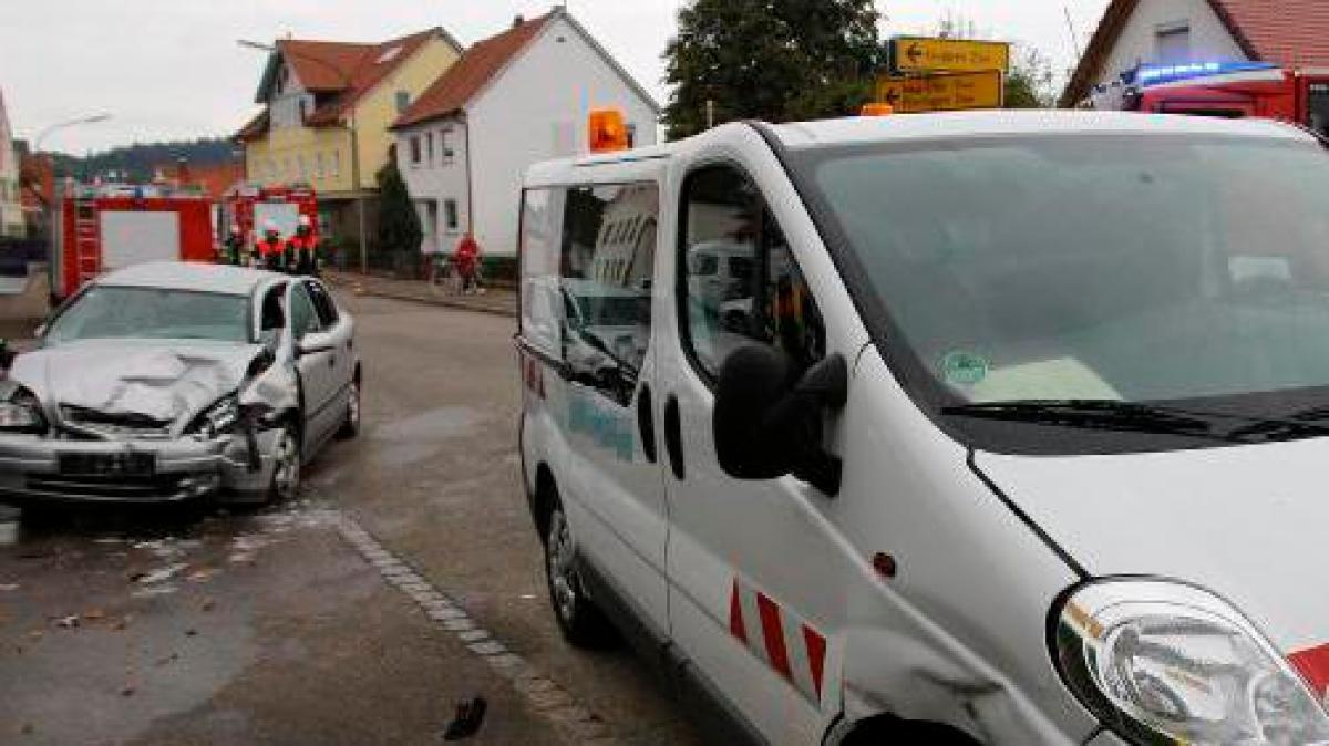 holzheim autos prallen mitten im ort zusammen nachrichten neu ulm augsburger allgemeine. Black Bedroom Furniture Sets. Home Design Ideas