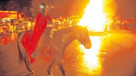 Feuer und Pferd: Beim Martinsumzug sollten Teilnehmer auf Abstand achten.