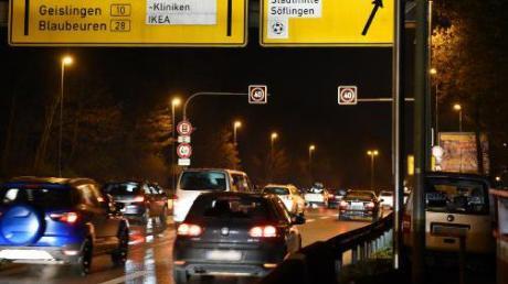 Ein Blitzer der Polizei stand am Sonntag an der Adenauerbrücke.