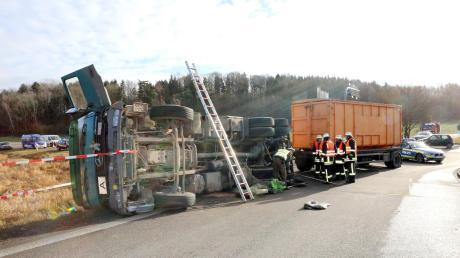 Ein Lastwagen ist am Dienstagvormittag auf dem Weg zur A7 umgekippt.