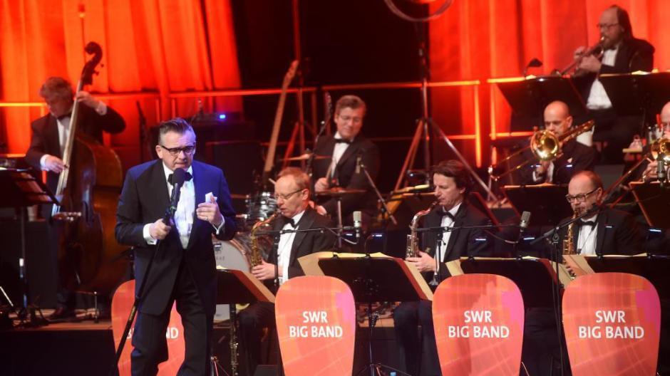 3a6553fc01afa0 Götz Alsmann und die SWR-Big-Band versetzten die Zuhörer im CCU musikalisch  in die 50er-Jahre zurück.