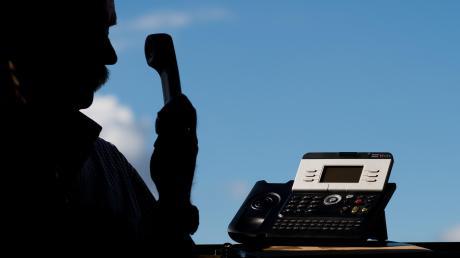 Betrüger nehmen am Telefon viele Identitäten an. Häufig geben sie sich als Mitarbeiter oder Vertreter von Unternehmen und Behörden aus.