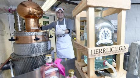 Frank Steinle in seiner Garage in Reutti beim Gin-Brennen.