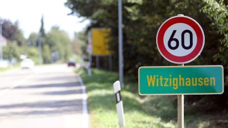 Die Staatsstraße durch Witzighausen: keine Gehwege, wenig angrenzende Häuser. Das Erscheinungsbild am Rand der Fahrbahn spielt eine entscheidende Rolle für die Wahl der Ortsschilder und der Tempoangaben.