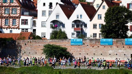 Zum Einstein-Marathon haben sich mehr als 11500 Läufer angemeldet. Ein Teil der Strecke verläuft entlang der Donau. Im vergangenen Jahr konnten sich die Sportler über sonniges Wetter freuen.