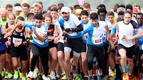 Am Start sind noch alle beisammen: Die über 5700 Teilnehmer des Marathons und des Halbmarathons hatten zu dem Zeitpunkt das Meiste Strecke noch vor sich. Für ein junge Frau – die auf dem Bild zu sehen ist – wird es der Lauf ihres Lebens.
