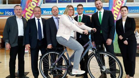 Gewinnerin Tanja Weiser mit den Gratulanten: (von links) Peter Amann, Edgar Inhofer, Peter Schorr, Alexander Mack, Thomas Mehnert, Stephanie Ammicht.