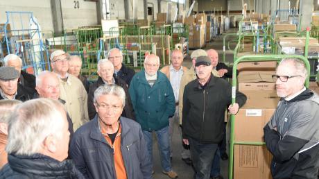 Die Mitglieder des Männertreffs waren zu Gast im Inhofer-Lager. Logistikleiter Stefan Kral (rechts) führte durch die Hallen.