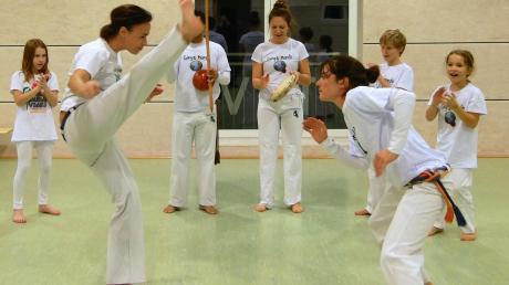 Die brasilianische Kampfkunst Caopeira wird jetzt auch in Holzheim praktiziert, unter anderem bei einem öffentlichen Workshop am Donnerstag.