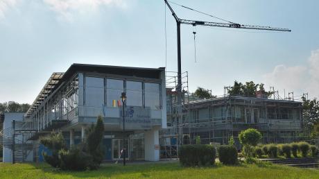 Das Dach an der Wirtschaftsschule in Senden muss erneuert werden. Unser Bild zeigt die Arbeiten in den vergangenen Sommerferien, die in der Zeit nicht ganz fertiggestellt werden konnten. Zudem kam dabei heraus, dass die Sanierung teurer wird.