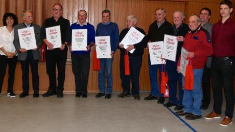 Jubilare, die für 50-, 60- und 65-jährige Vereinszugehörigkeit geehrt wurden, mit den Vorsitzenden Barbara Zurblihn (links) und (von rechts) Michael Kraus sowie Herbert Hiller.