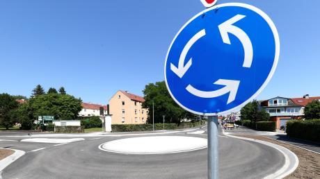 Auf der Kreisstraße zwischen Schiltberg und Aichach übersah ein 60-jähriger Autofahrer am Mittwoch einen Kreisverkehr und fuhr ungebremst hinein.