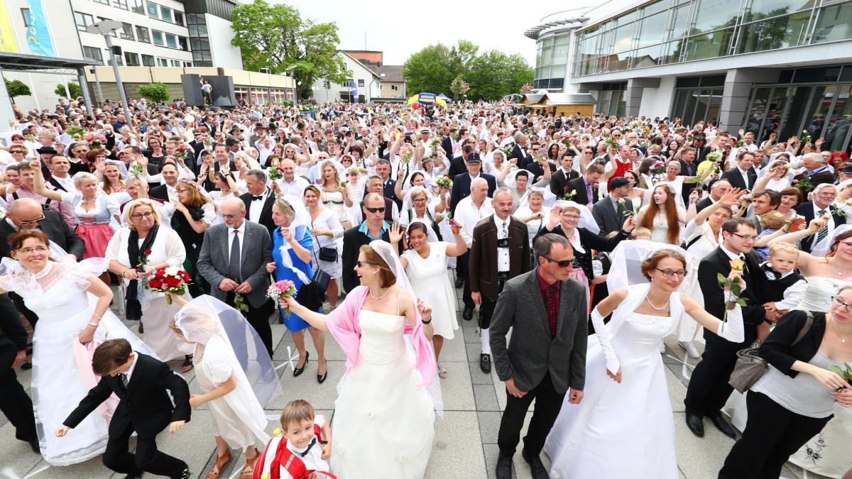 Senden: Mehr als 500 Hochzeitspaare stürmen auf den Marktplatz ...