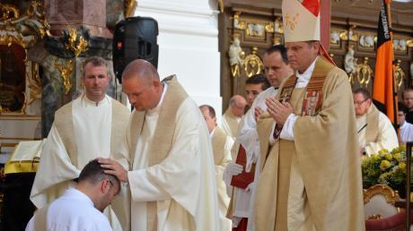 Priesterweihe%20Geilich_Handauflegen.jpg