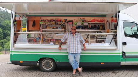 Aus seinem Wagen heraus verkauft Harald Hutter alles, was man zum Leben braucht. Jeden Tag fährt er dafür durch die Gemeinden in der Region. Es ist ein schwieriges Geschäft. Und auch die traditionellen Dorfläden im Landkreis Neu-Ulm haben Probleme.