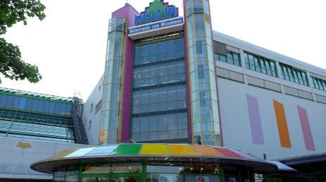 Das charakteristische Gebäude des Mitnahmemarkts von Möbel Inhofer in Senden wurde vor 25 Jahren in Betrieb genommen.