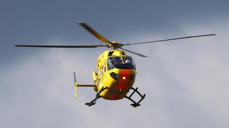 Mit einem Rettungshubschrauber ist eine schwer verletzte junge Frau nach einem Reitunfall bei Osterberg ins Krankenhaus gebracht worden.